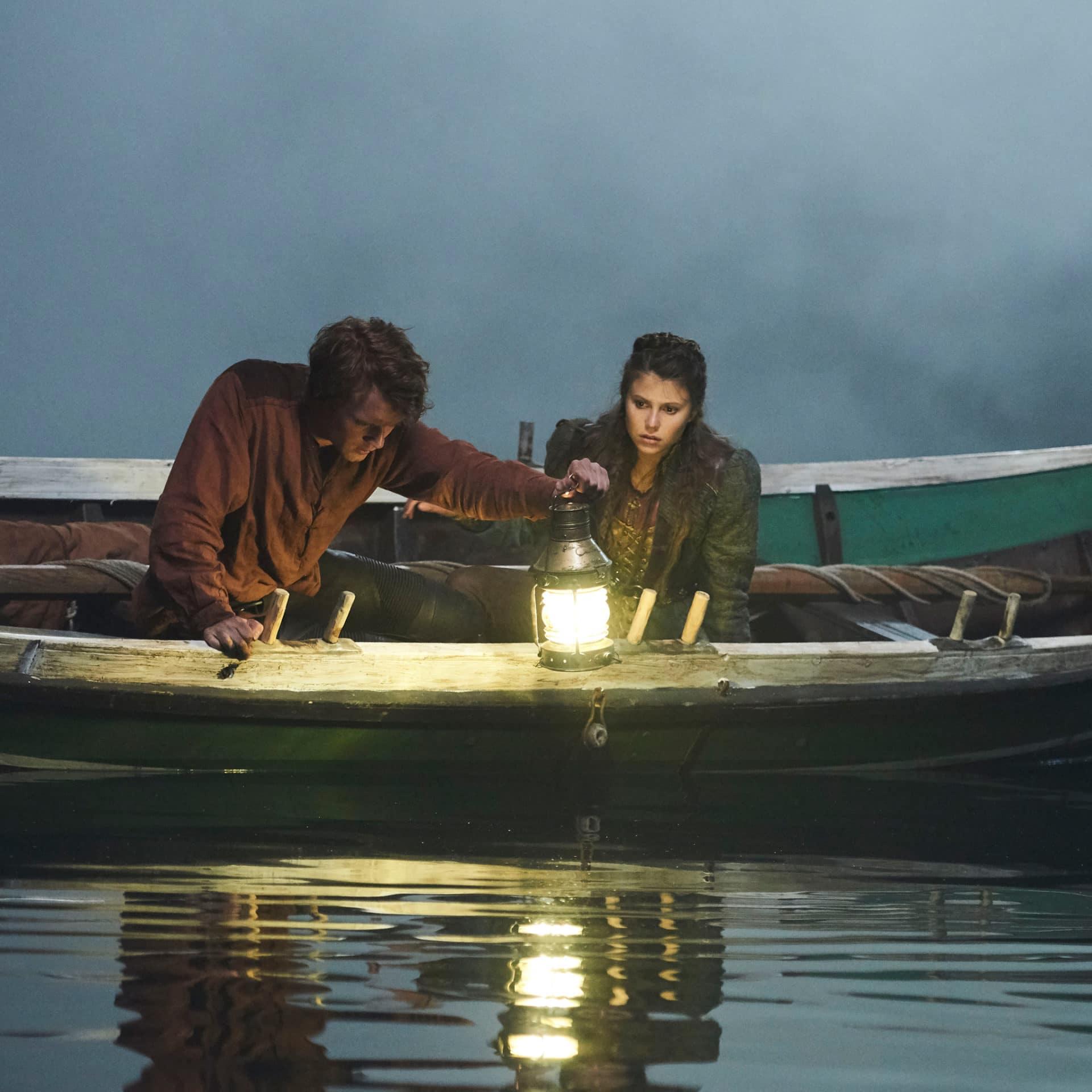 Askeladden og Prinsesse Kristin i en båt på et mørkt vann