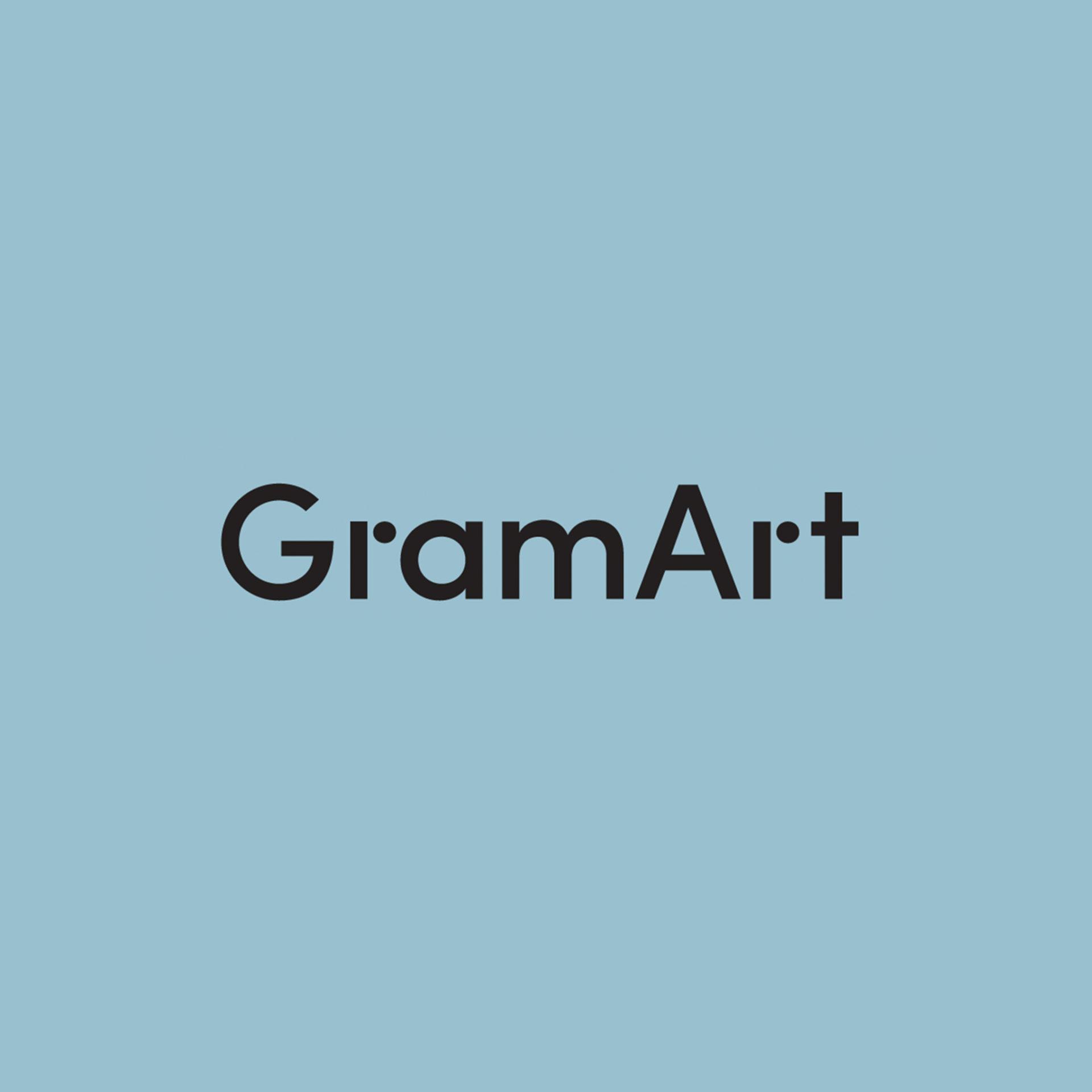Bilde av GramArt sin logo på en blå bakgrunn