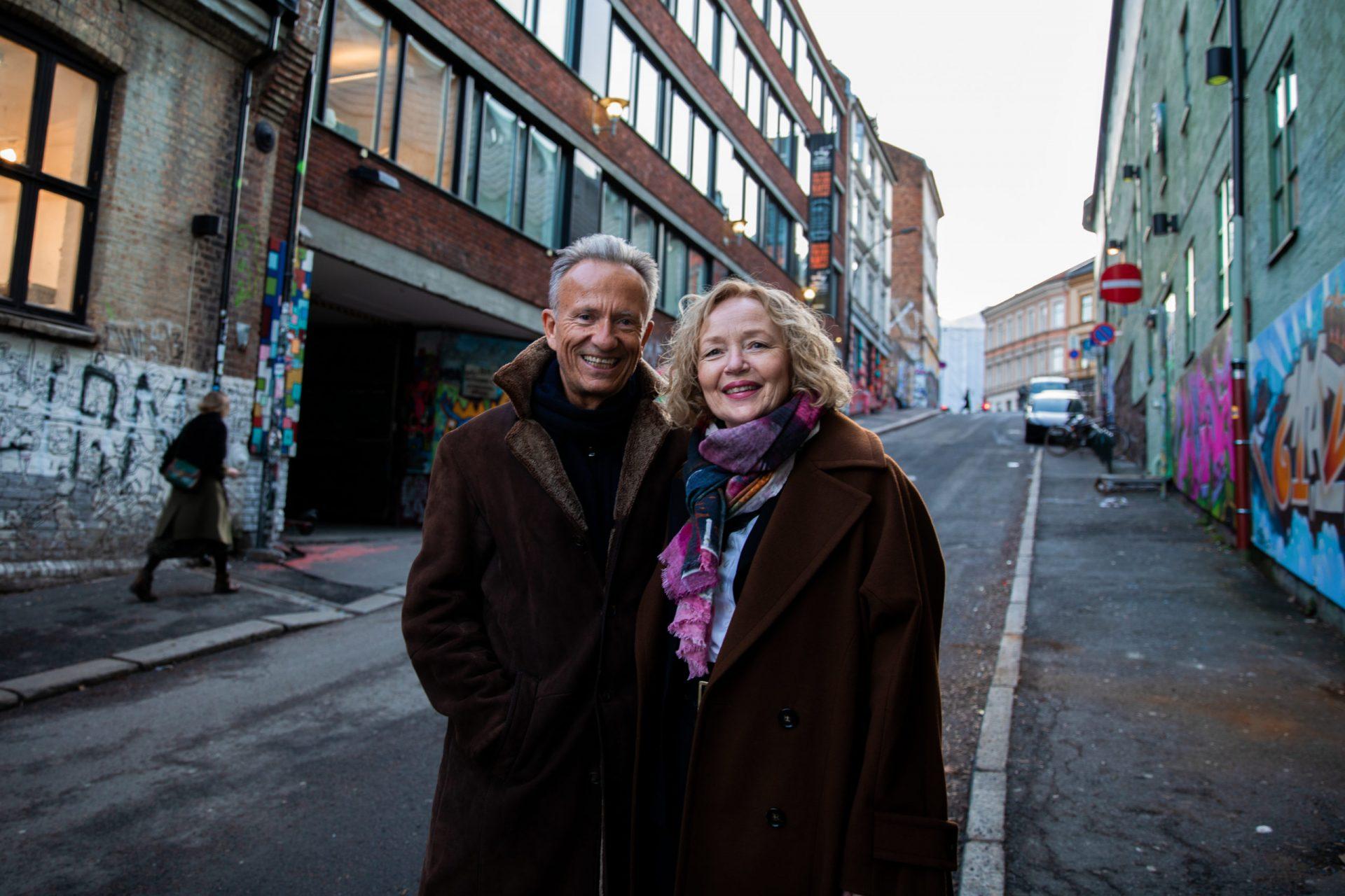 Mann og kvinne som står i en nedoverbakke i en av Oslos bakgater